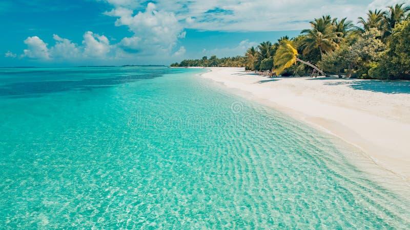 Scena tranquilla perfetta della spiaggia, luce solare morbida e mare senza fine blu bianco e del sabbia come paesaggio tropicale fotografia stock