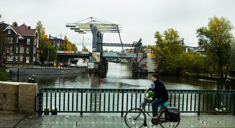 Scena urbana del ciclista a Amsterdam fotografia stock