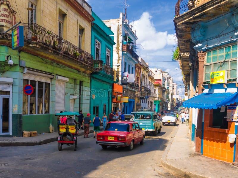 Scena urbana in una via ben nota a Avana immagini stock