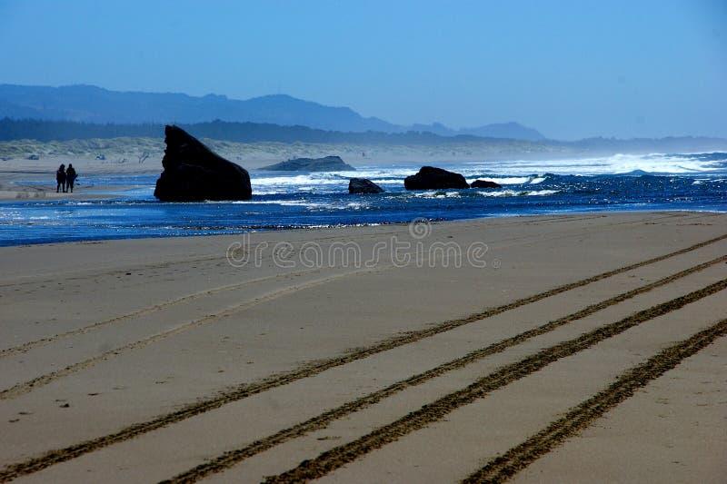 Scena variopinta della spiaggia con le piste nella sabbia immagine stock libera da diritti
