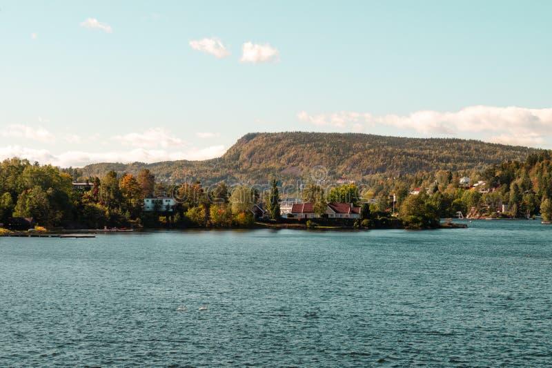 Scena variopinta di un'isola/isola e del mare con i colori vibranti immagine stock