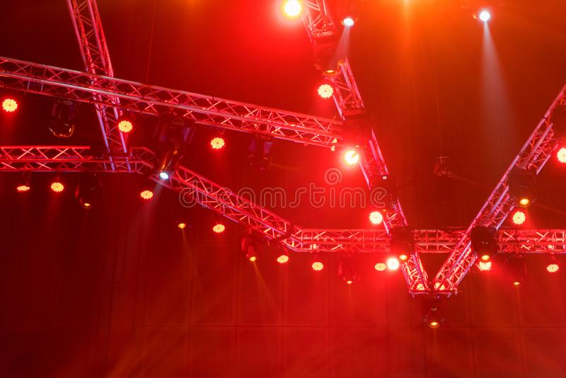 Scena zaświeca na koncertowym lub Oświetleniowy wyposażenie z Laserowymi promieniami był obrazy stock