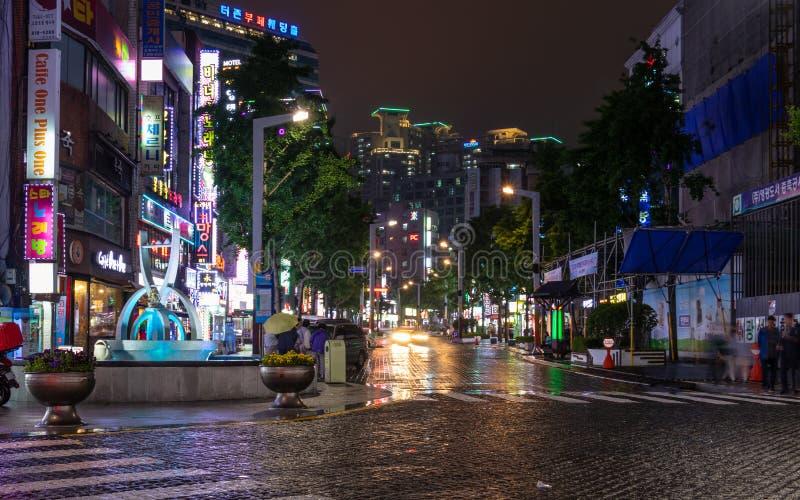 Scenario della via con le costruzioni, il quadrato centrale ed il traffico durante la notte del distretto di Busanjin, Busan, Cor fotografia stock libera da diritti