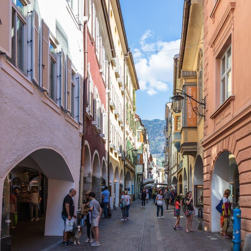 Scenario della via di Laubengasse nel distretto principale di Meran con molti pedoni Merano Provincia Bolzano, Tirolo del sud, It fotografia stock