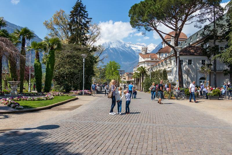 Scenario della via sulla passeggiata del passante in Meran con le montagne delle alpi nei precedenti Merano Provincia Bolzano, Ti immagini stock