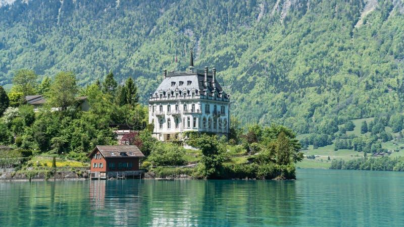 Scenary dalla città svizzera di Iseltwald con il lago Brienz vicino ad Interlaken immagine stock