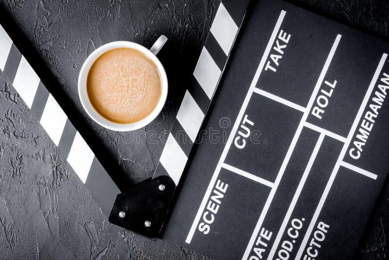 Scenarzysty desktop z filmu clapper deski ciemnego tła odgórnym widokiem obrazy royalty free