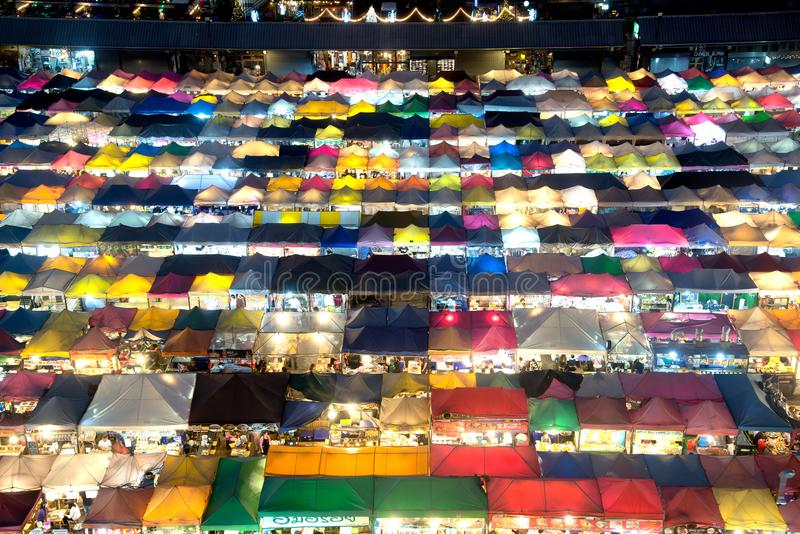 Scence νύχτας της εναέριας αγοράς άποψης τη νύχτα στη Μπανγκόκ στοκ εικόνα