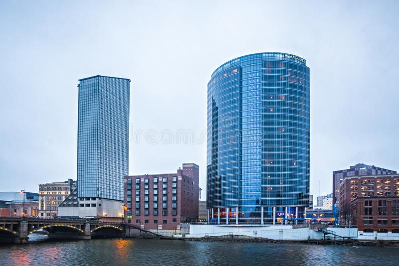 Scene dell'orizzonte e della via della città di Grand Rapids Michigan fotografia stock