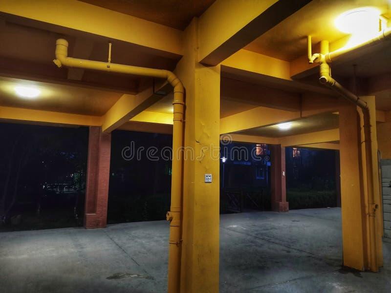 Scene di notte del garage vuoto fotografia stock