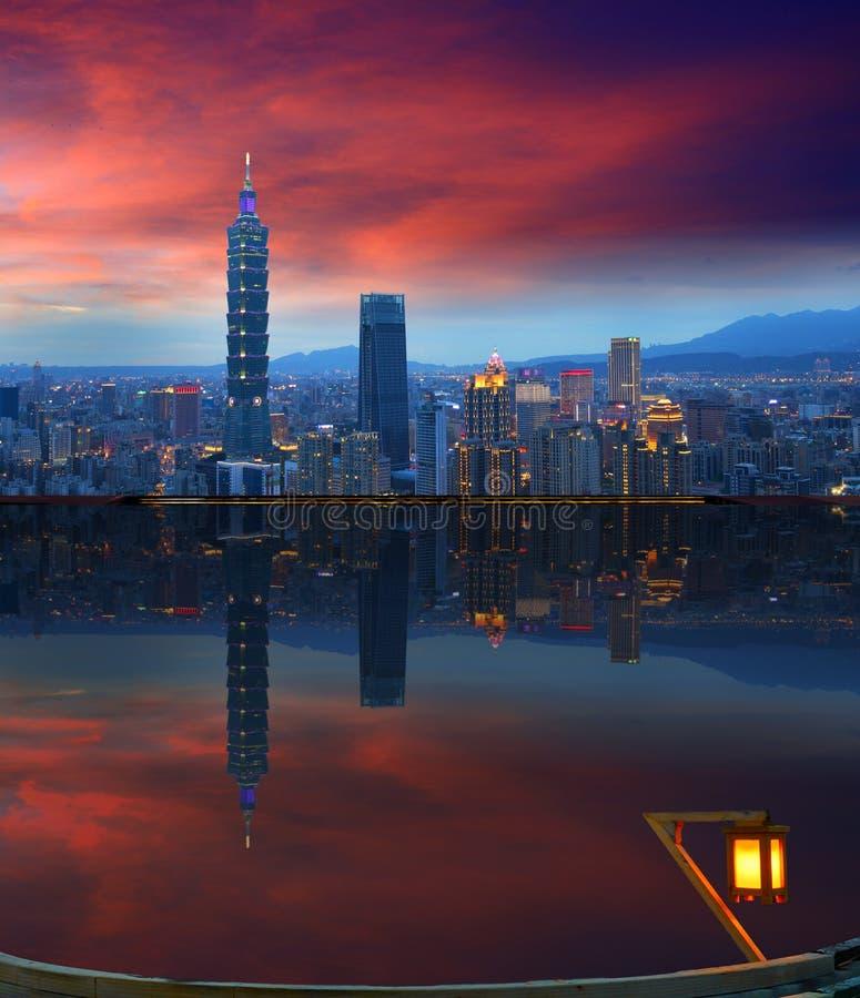 Scene di notte dell'orizzonte di Taipei e riflessione, Taiwan fotografie stock libere da diritti