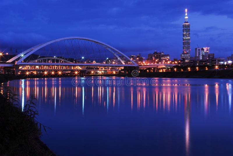Scene di notte della città di Taipeh fotografie stock