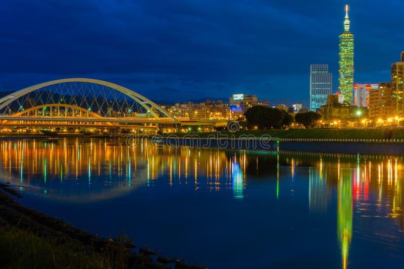 Scene di notte della città di Taipeh immagini stock