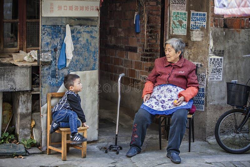 Scene di vita nella vecchia città immagine stock