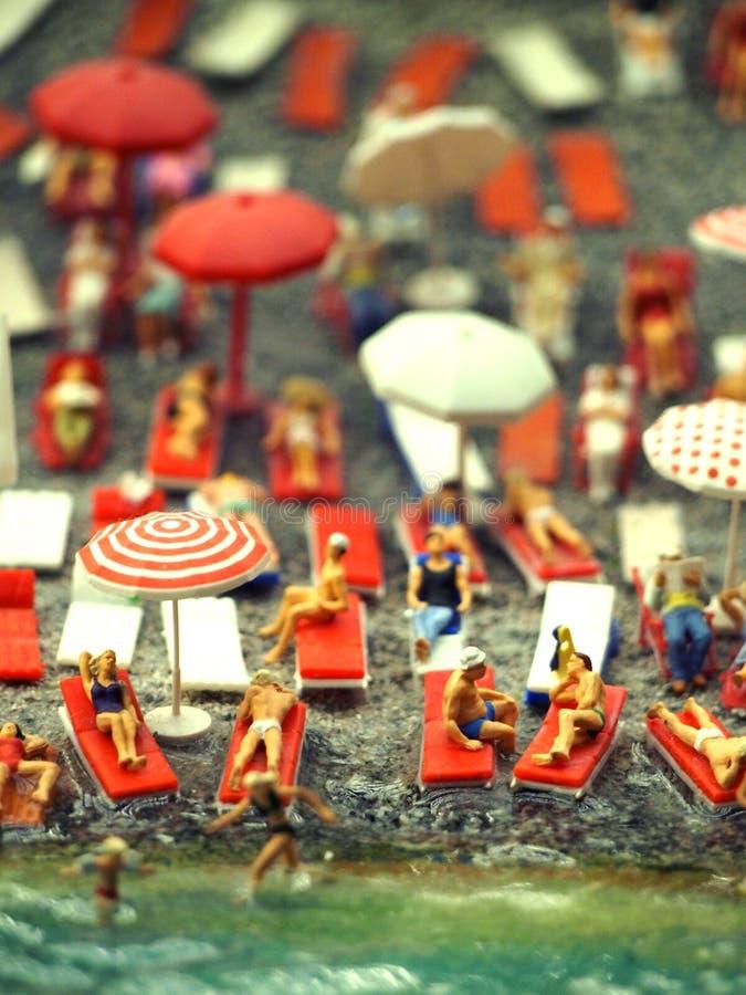 Scene modelo diminuto da praia aglomerada imagens de stock royalty free