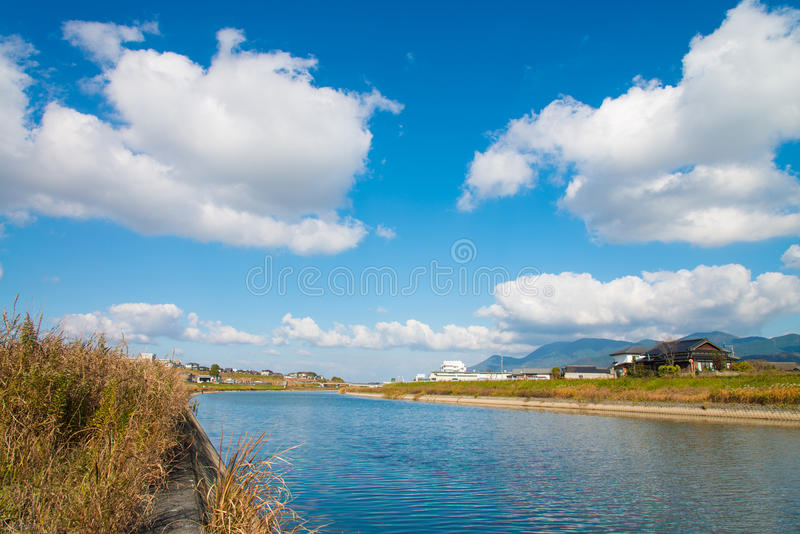 Sceneria brzeg rzeki jesień obraz royalty free