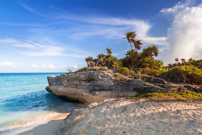 Sceneria morza karaibskiego wybrzeże blisko playa del carmen przy zmierzchem, Meksyk obrazy stock