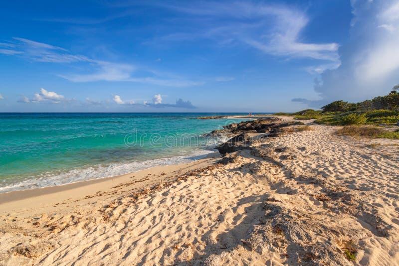 Sceneria morza karaibskiego wybrzeże blisko playa del carmen przy zmierzchem, Meksyk obraz stock