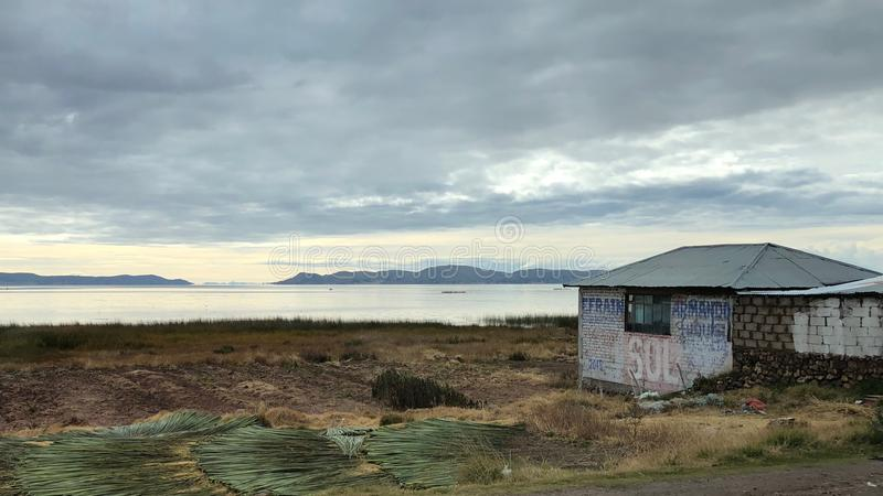 Sceneria wokoło Jeziornego Titicaca przy Puno, Peru zdjęcia stock