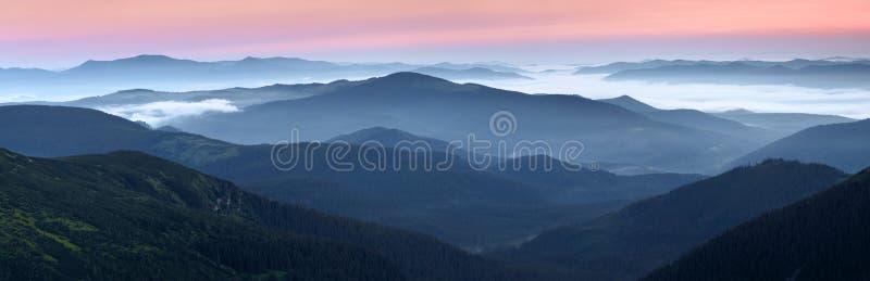 Sceneria wschód słońca przy wysokimi górami Zwarta mgła z pięknym światłem Miejsce relaksować w Karpackim parku Hoverla zdjęcie royalty free