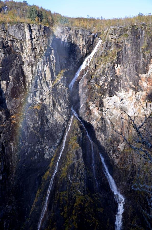 Sceneria z długim wodospadem w Norwegii i tęczą zdjęcie royalty free