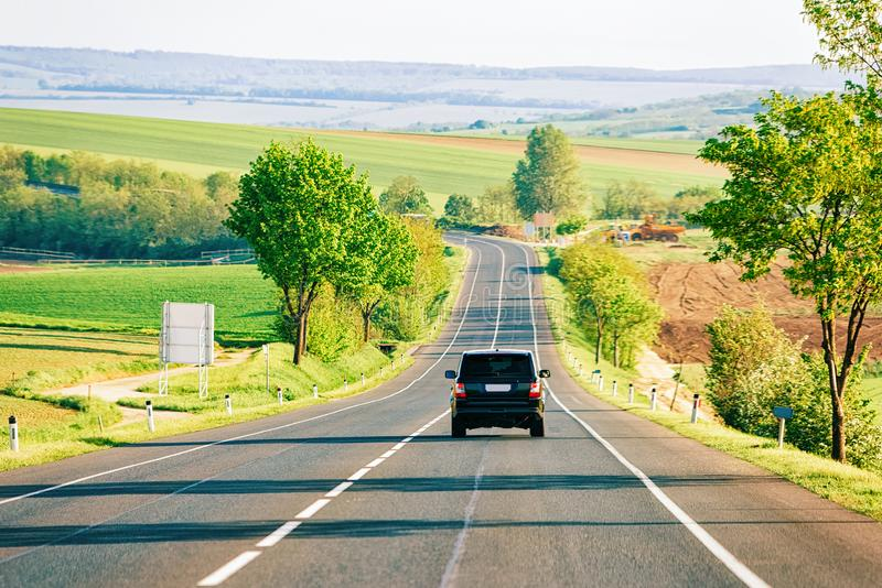 Sceneria z samochodem na drodze w Południowym Moravia zdjęcie royalty free