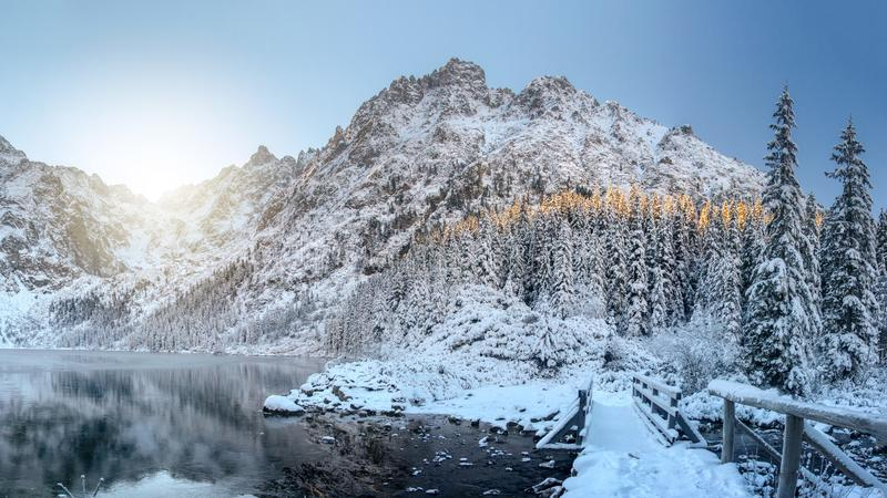 Scenerii zimy góry Zadziwiające śnieżne skały i lodowaty jezioro Piękny widok na wysokiej górze zakrywającej śniegiem Mro?na natu obrazy stock