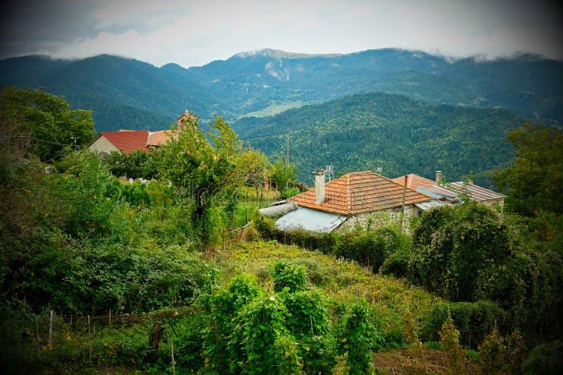 Scenetta nostalgica, chiesa greco ortodossa, paesino di montagna greco, Grecia fotografie stock libere da diritti