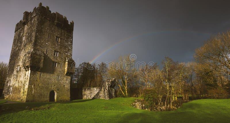 Scenics Голуэй в Ирландии с фотографией изящного искусства замков и радуг seascape гор стоковое изображение