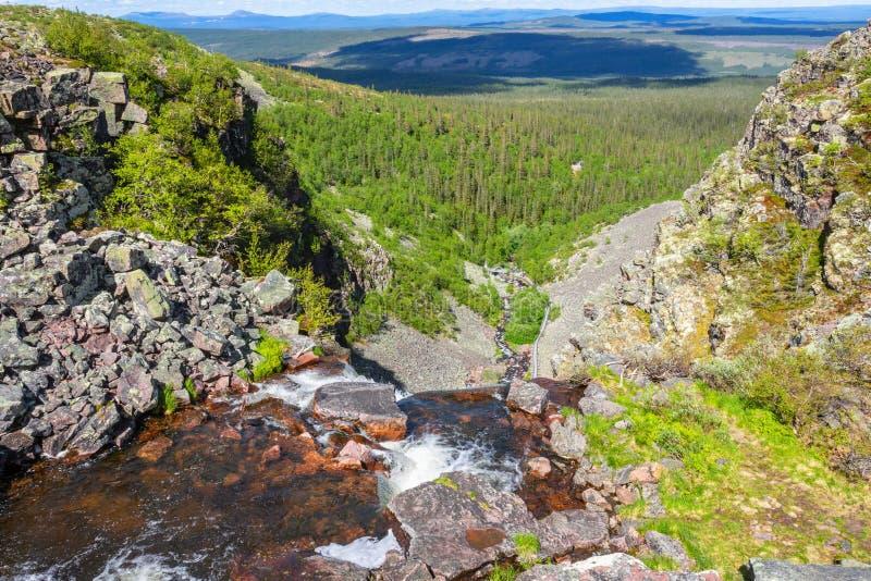 Scenicssatellietbeeld aan stroom in de bergen stock afbeelding