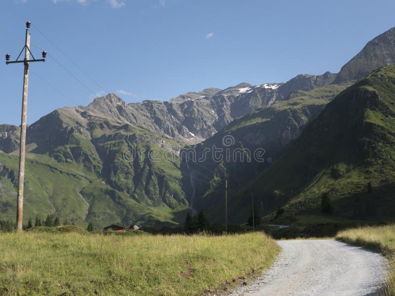 Sceniczna Alpejska skalista wysokogórska dolina Sportgastein w lecie z rzędem linie energetyczne i elektryczność słup fotografia royalty free