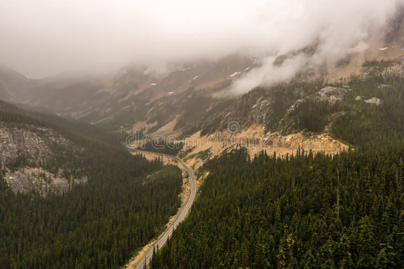 Sceniczna autostrada w górach w Północnym Waszyngtońskim usa zdjęcie royalty free