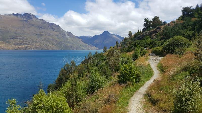 Sceniczna piękna dzień podwyżka wokoło błękitnego jeziora fotografia royalty free