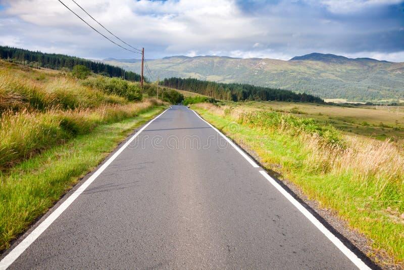 Sceniczna wiejska droga w Szkockich średniogórzach zdjęcie stock
