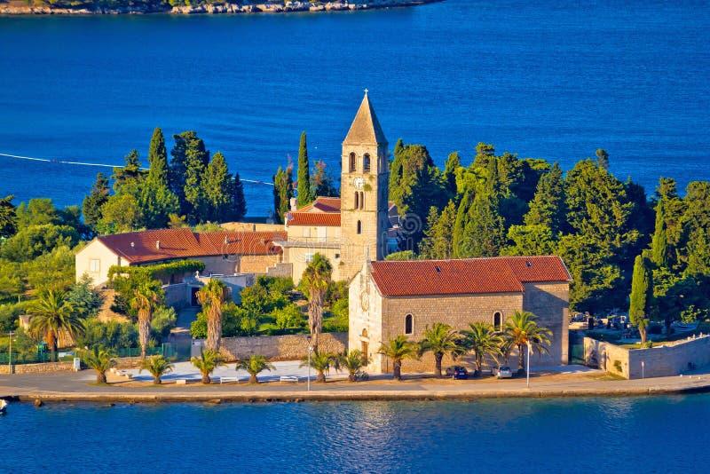 Sceniczna wyspa Vis nabrzeża i kościół widok obrazy stock