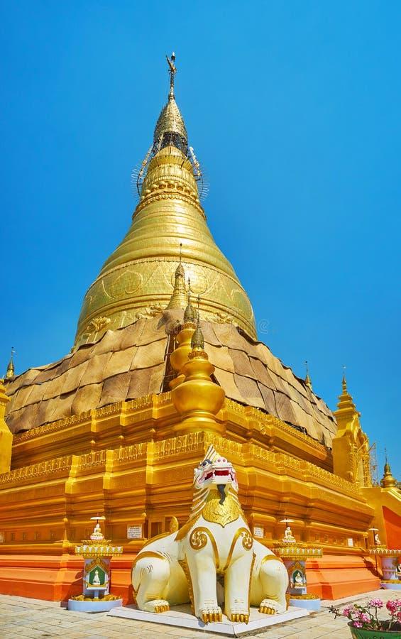 Sceniczna złota stupa Oo Ponya goleń Paya Wkrótce, Sagaing fotografia royalty free