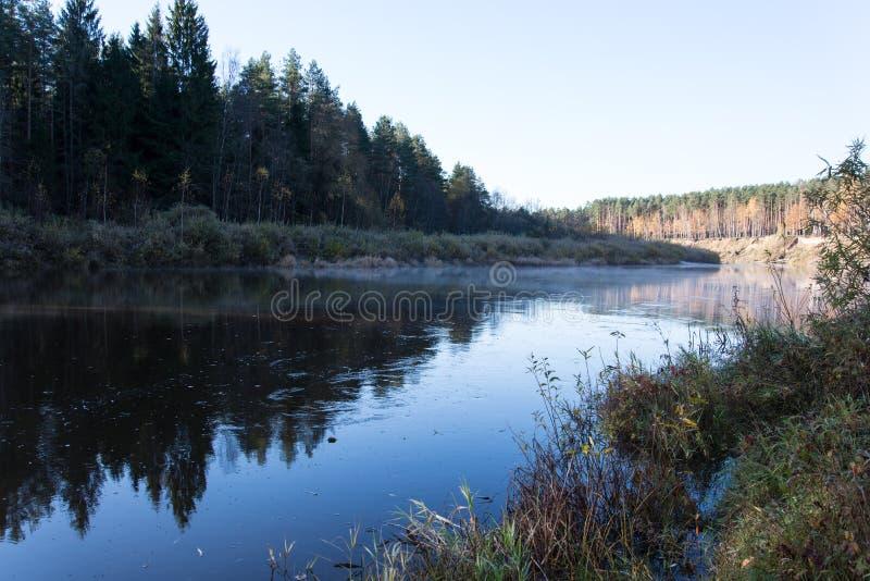 Scenicznej jesieni barwiona rzeka w kraju fotografia stock