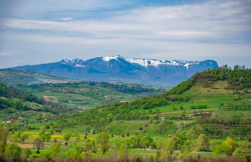 Scenicznej wiosny wiejski krajobraz blisko Barsana wioski, Maramures, Rumunia obraz stock