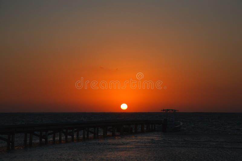 Sceniczni wschód słońca Na Karaibskim wybrzeżu Belize fotografia stock