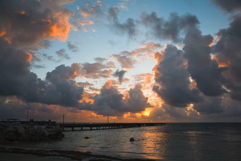 Sceniczni wschód słońca Na Karaibskim wybrzeżu Belize zdjęcie stock