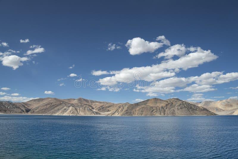 Sceniczny błękitny wysokiej góry jezioro wśród pustynnych wzgórzy obraz stock