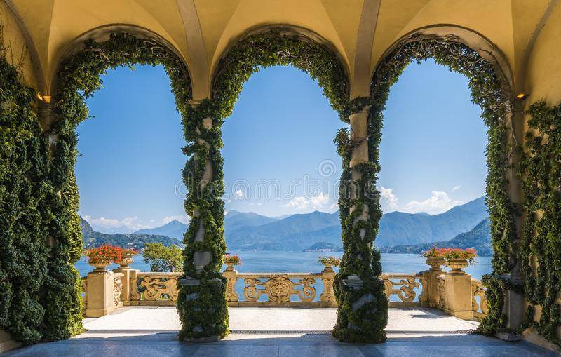Sceniczny balkonowy przegapia Jeziorny Como w sławnej Willi Del Balbianello w comune Lenno, italy Lombardy zdjęcia stock