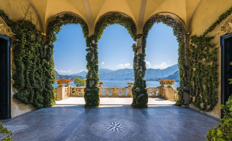 Sceniczny balkonowy przegapia Jeziorny Como w sławnej Willi Del Balbianello w comune Lenno, italy Lombardy fotografia royalty free