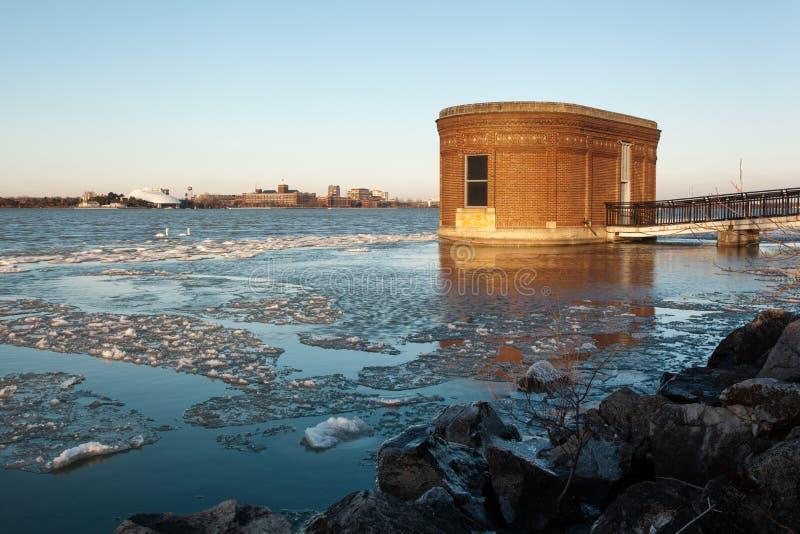 Sceniczny Detroit nadbrzeże rzeki władzy Rzeczny budynek w zimie, Styczeń 13 2019 zdjęcia stock