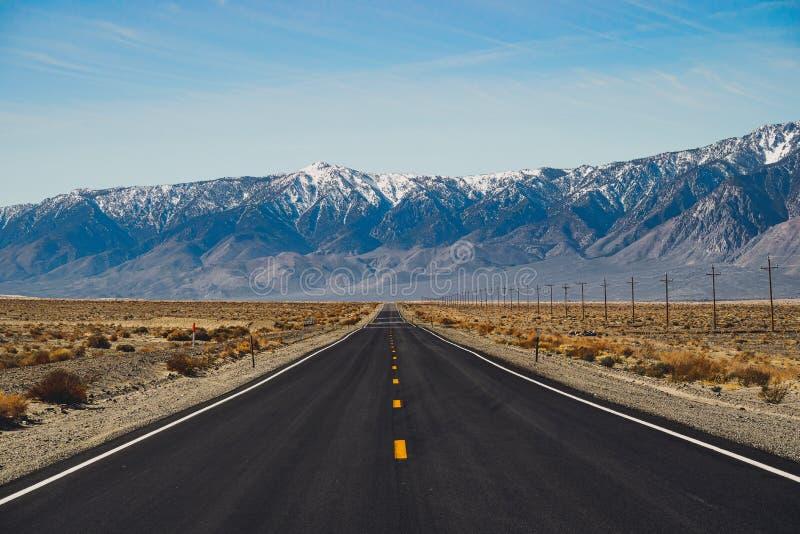 Sceniczny Drogowy bieg Przez pustyni Śmiertelna dolina, Amerykański południowy zachód obrazy royalty free