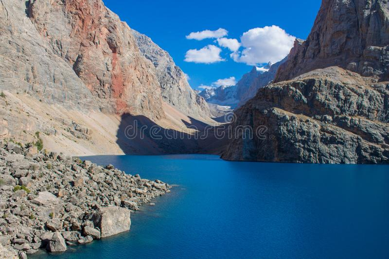 Sceniczny jeziorny Duży Allo w fan górach w Pamir, Tajikistan zdjęcie royalty free