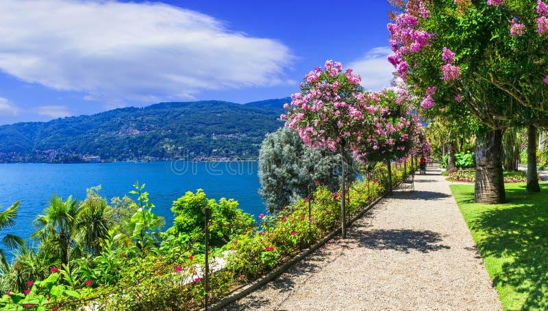 Sceniczny jeziorny Lago Maggiore, widok z górami i parkiem Włochy obrazy stock