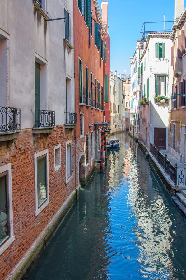 Sceniczny kanał z łękowatymi mostami, gondolami i kolorowymi budynkami w Wenecja, Włochy obraz stock