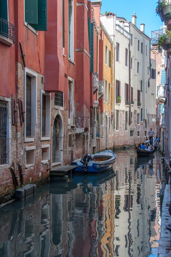 Sceniczny kanał z łękowatymi mostami, gondolami i kolorowymi budynkami w Wenecja, Włochy obraz royalty free