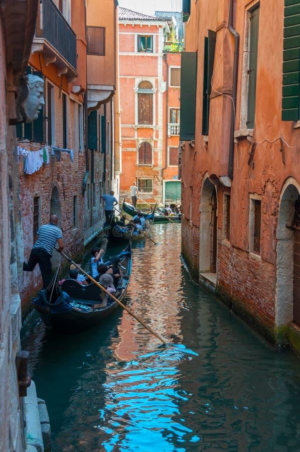 Sceniczny kanał z łękowatymi mostami, gondolami i kolorowymi budynkami w Wenecja, Włochy fotografia royalty free